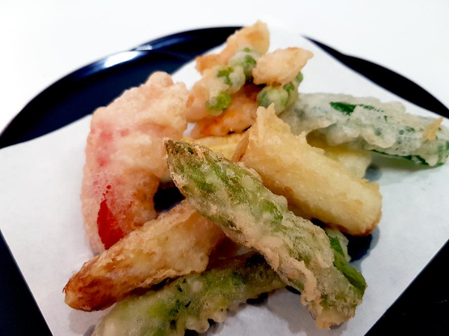 アスパラの天ぷら、えびとさやえんどうのかき揚げ