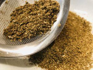 茶こしでこしても茎が残る市販の乾燥よもぎ(Beifuß-Gewürz)